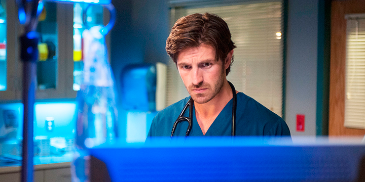 Eoin-Macken,-Dr-TC-Callahan-en-The-Night-Shift